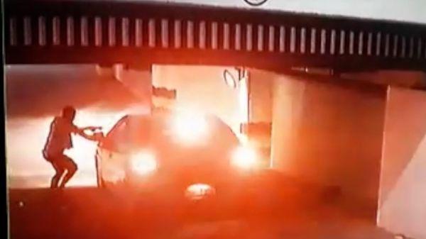 Bandido armado invade garagem de condomínio e leva carro de mulher em Natal